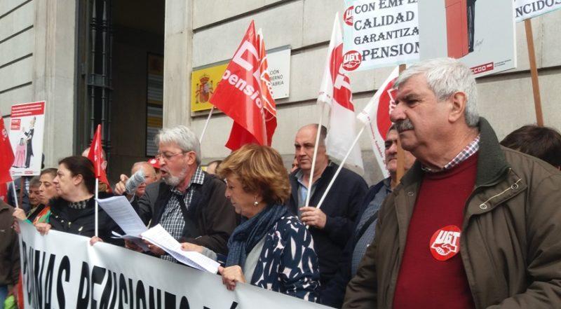 Lectura del manifiesto conjunto en la concentración por las pensiones públicas en Santander