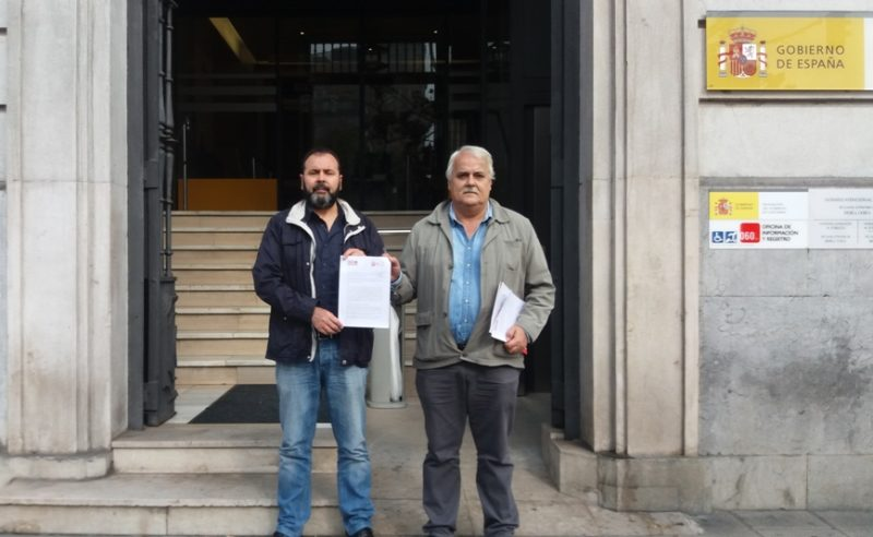 Los secretarios generales de las federaciones de industria de UGT y de CCOO, justo después de registrar la convocatoria de huelga