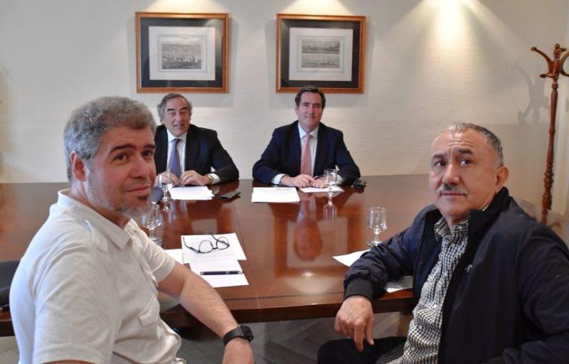 Imagen de los dirigentes de sindicatos y patronal poco antes de anunciar el preacuerdo salarial y de negociación colectiva
