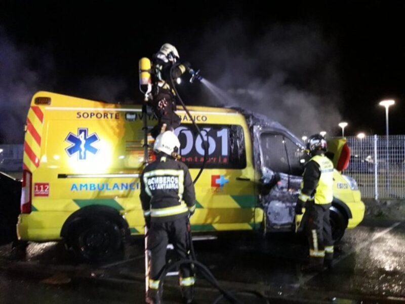 Imagen del 112 de la operación de extinción del incendio de la ambulancia siniestrada