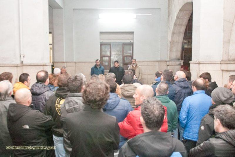 Imagen cedida por el diario web Hoy Torrelavega de la asamblea celebrada anoche en la fábrica de Sniace