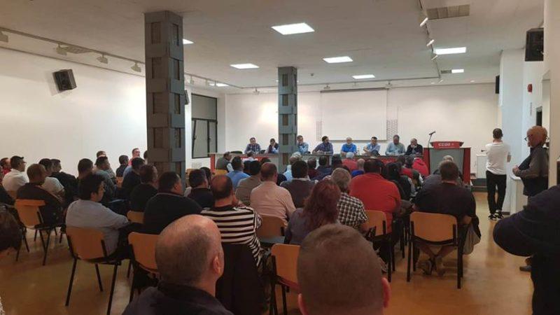 Trabajadores del transporte de viajeros por carretera, anoche en la asamblea celebrada en Santander