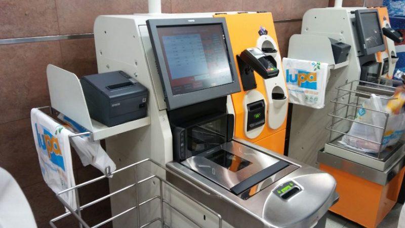 UGT paraliza las movilizaciones al no afectar al empleo las cajas autocobro, como las instaladas en un supermercado de Santander (imagen)