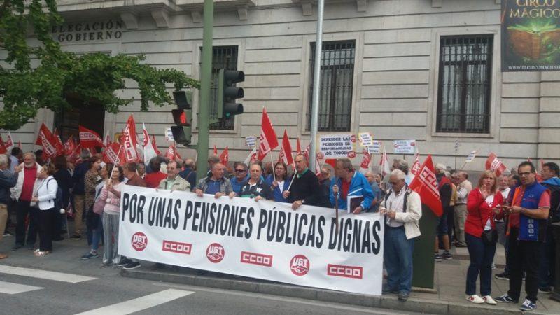 Pensionistas y jubilados de UGT y de CCOO en la concentración convocada hoy en Cantabria