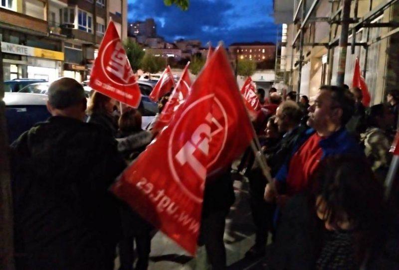 Concentración de protesta de los trabajadores de AMPROS ante la sede principal de la asociación en Santander