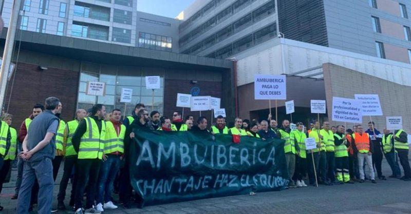 Concentración de la plantilla de Ambuibérica frente a una de las entradas del Hospital de Valdecilla