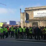 Trabajadores de Ambuibérica, en la concentración frente al Parlamento de Cantabria