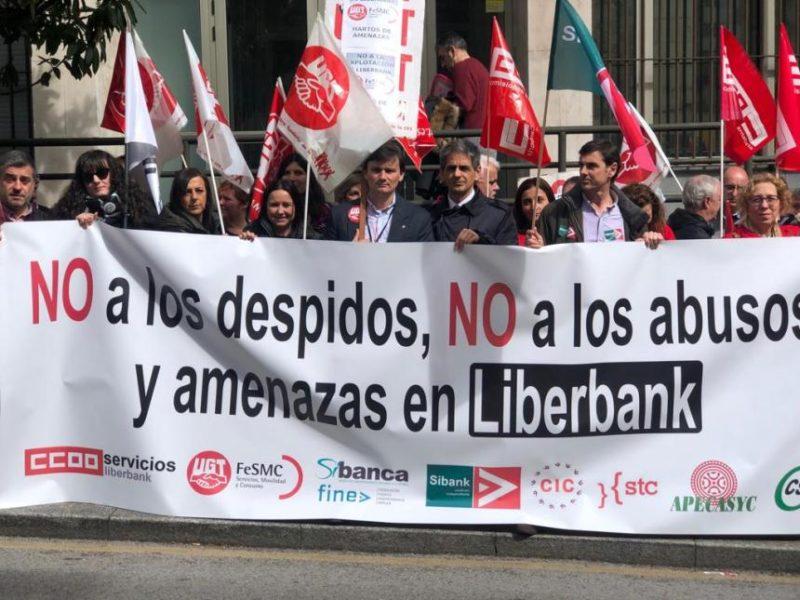 Imagen de la concentración de los sindicatos de Liberbank ante los Juzgados de lo Social de Santander