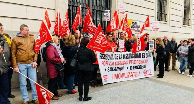 Trabajadores de la atención a las personas con discapacidad, en la concentración ante la Delegación del Gobierno en Cantabria