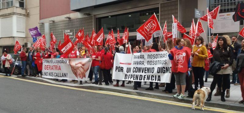 Concentración del sector de la dependencia ante la sede de la CEOE-Cepyme en Santander