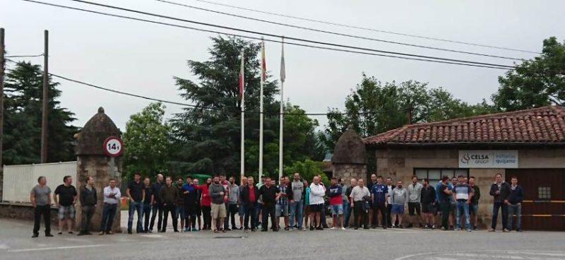 Trabajadores de Global Special Steel Products, en la entrada de la fábrica de Los Corrales de Buelna en el tercer día de huelga por las subcontrataciones