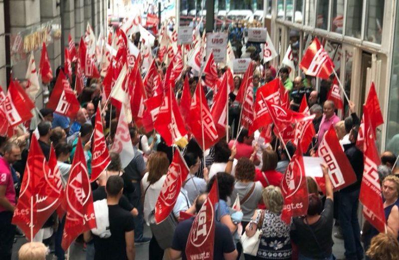 Trabajadores de la limpieza en la concentración de hoy ante la sede del ORECLA