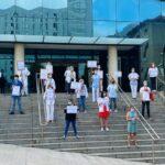 Concentración de protesta de delegados de la Junta de Personal en el Hospital de Valdecilla
