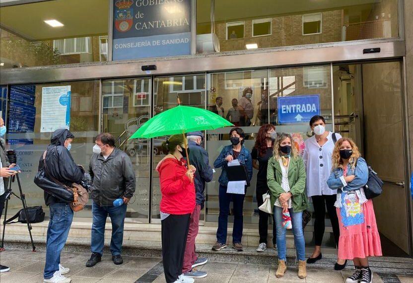 """Los sindicatos denuncian """"el caos absoluto"""" de la vacunación a los docentes de Cantabria"""