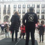 """Los delegados y delegadas de UGT y CCOO portaron hoy una camiseta negra con el lema """"No más daños en el trabajo"""""""