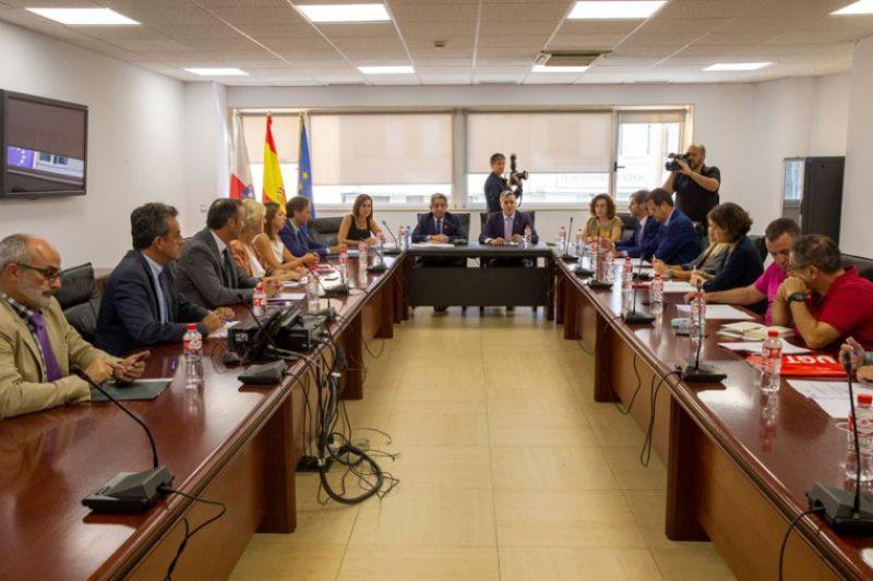 Imagen de archivo de una de las últimas reuniones presenciales del Diálogo Social de Cantabria antes del coronavirus