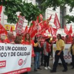 Concentración de protesta de los trabajadores de Correos de Cantabria movilizados en la jornada de paros de hoy