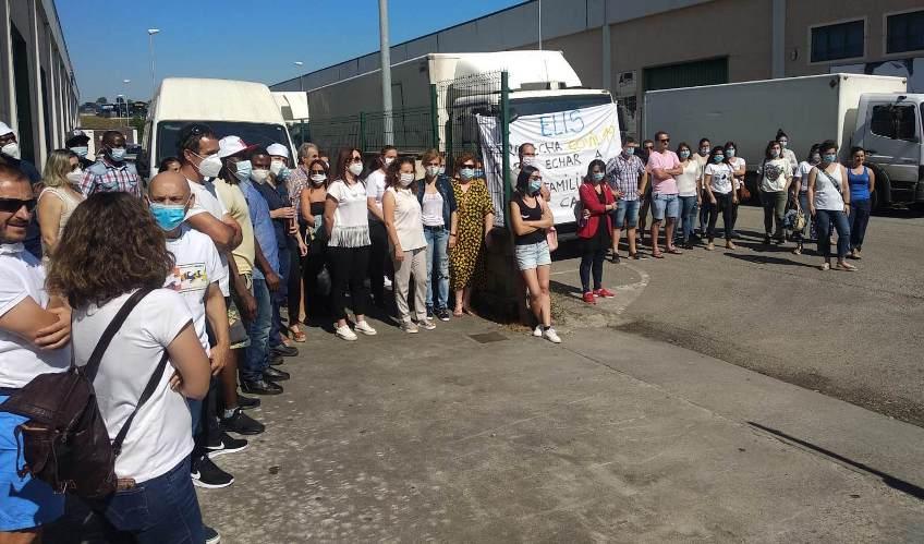 Trabajadores de Elis, concentrados ayer ante la lavandería de Cabezón de la Sal