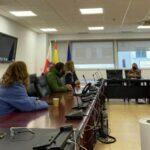 Representantes sindicales encerrados, conversando con una representante del Gobierno de Cantabria