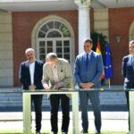 Pepe Álvarez, secretario general de UGT, en el momento de rubricar en nombre del sindicato el acuerdo de la reforma de las pensiones públicas