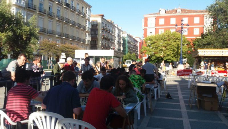 Imagen del torneo de ajedrez de UGT celebrado hoy en la Plaza de Pombo de Santander