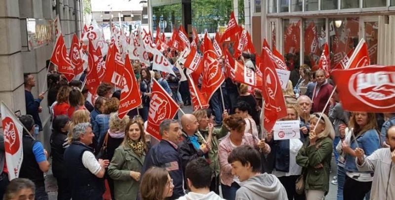 Imagen de la concentración de trabajadores del sector de la limpieza ante el ORECLA