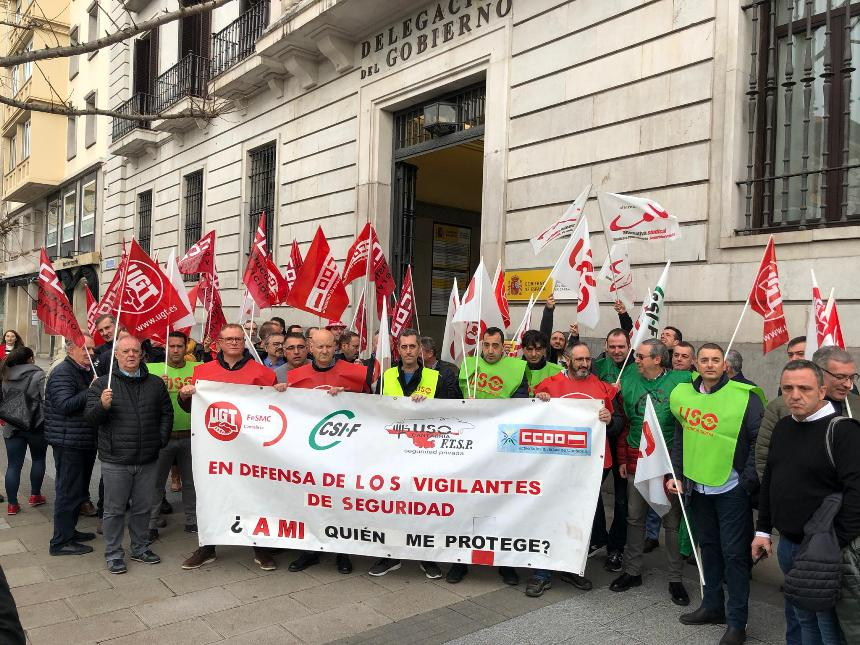 Vigilantes de seguridad, en la concentración celebrada hoy ante la Delegación del Gobierno en Cantabria