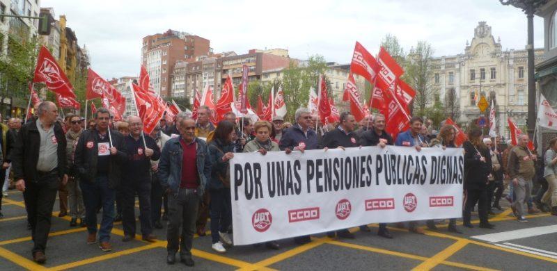 La defensa de las pensiones públicas dignas volvió a movilizar en Cantabria a miles de personas en la manifestación de UGT y de CCOO