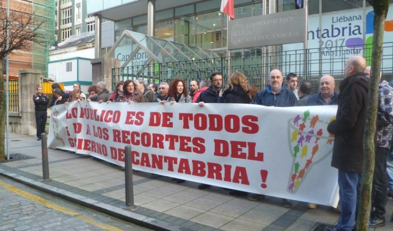 Concentración de protesta de los sindicatos del comité de empresa del Gobierno de Cantabria