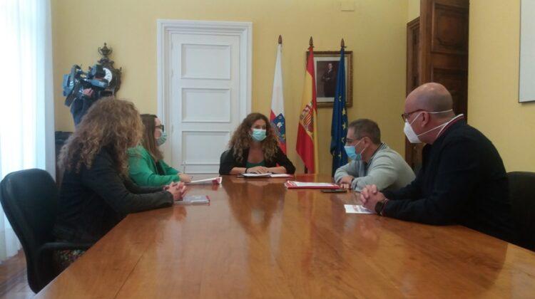 Imagen de la reunión celebrada hoy por UGT y CCOO con la delegada del Gobierno en Cantabria