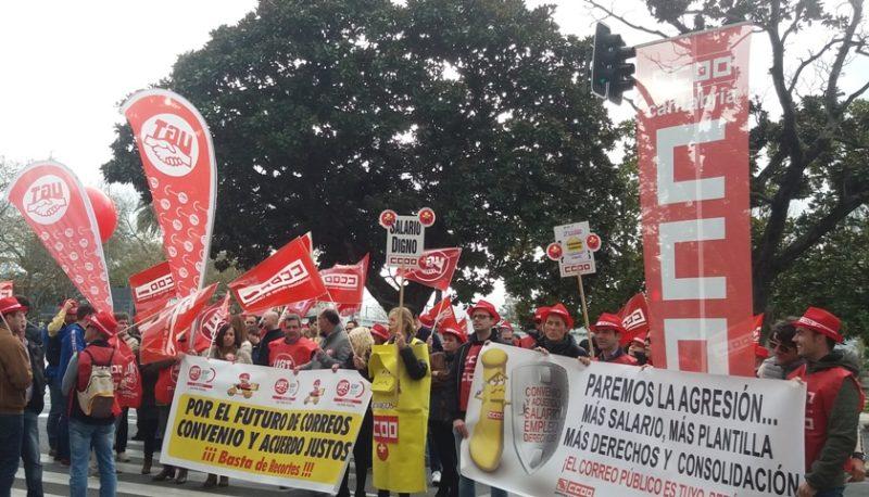 Imagen de la concentración de trabajadores de Correos ante la Delegación del Gobierno en Cantabria