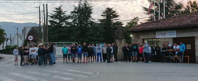 Trabajadores en huelga, concentrados hoy ante la entrada de la fábrica corraliega