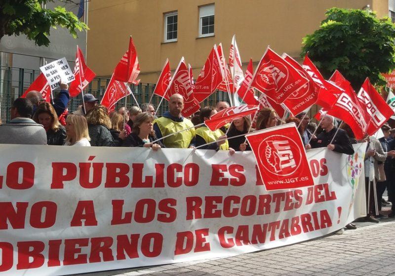 Trabajadores del Gobierno de Cantabria en huelga durante la concentración convocada ante la sede del Ejecutivo autónomo