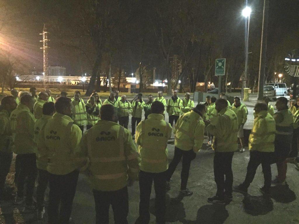 Trabajadores del turno de mañana de Saica Pack, en la concentración de protesta convocada tras iniciarse el paro