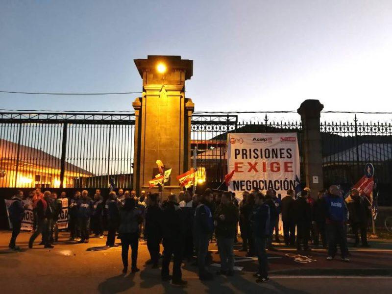 Concentración en la puerta de acceso de El Duesfo durante la jornada de huelga de ayer