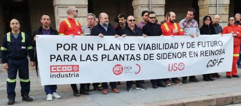 Pancarta de cabecera de la manifestación del comité de Sidenor, a su llegada a la Plaza del Ayuntamiento de Reinosa