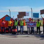 Concentración de los trabajadores de helicópteros de emergencia en el Aeropuerto Severiano Ballesteros de Cantabria