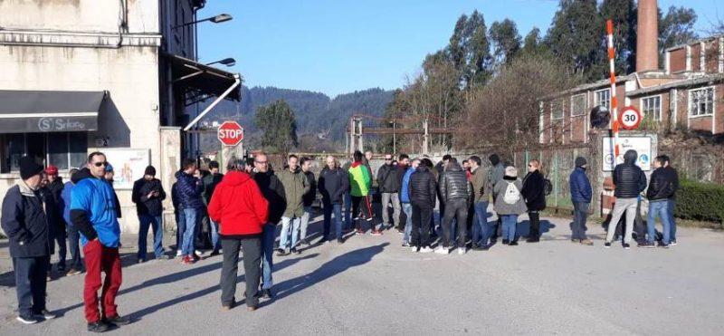 Trabajadores de Sniace concentrados hoy ante la entrada de la fábrica