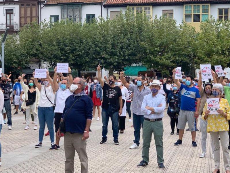 Protesta de padres de alumnos y vecinos de Santoña por la imposición de la Consejería de Educación de abrir hoy los centros educativos pese al confinamiento en el municipio por el incremento de contagios de la Covid-19