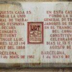 Placa conmemorativa del congreso fundacional de UGT en el Teatro Jovellanos de Barcelona