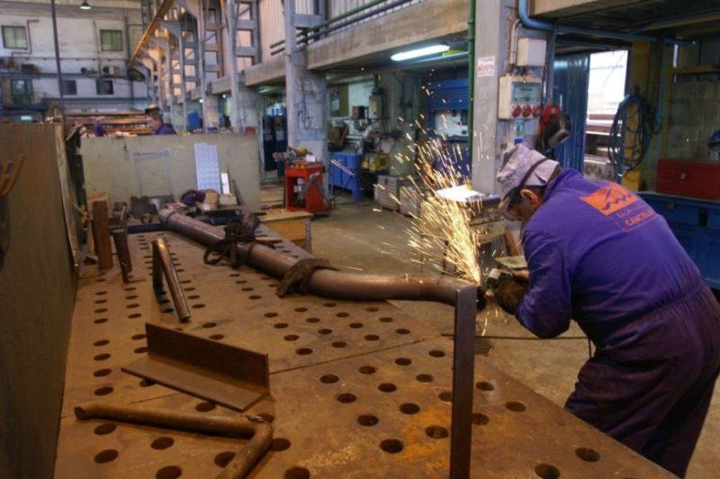 La industria cántabra pasó a ser el sector con más temporalidad contractual en 2014
