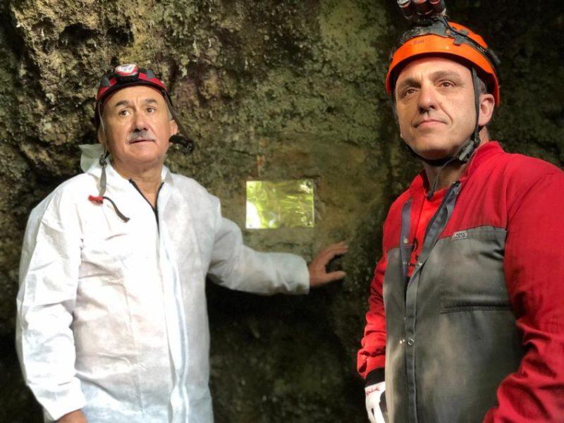 Álvarez y Carmona, tras descubrir la placa conmemorativa a los históricos militantes del sindicato que se refugiaron en la cueva Las Cascajosas