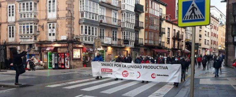 Manifestación de la plantilla de Sniace por las calles de Torrelavega celebrada hoy