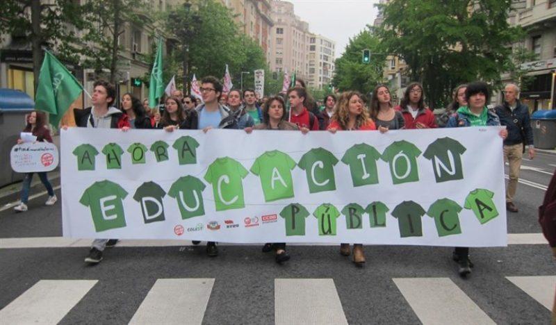 Manifestación en defensa de la enseñanza pública por las calles de Santander