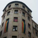Bandera del colectivo LGTBI, desplegada en la sede de UGT en Santander