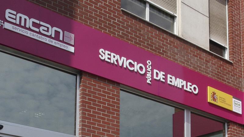 El paro se reduce en Cantabria a costa del empleo temporal del verano en los servicios