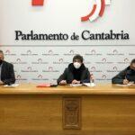Imagen del acto de presentación de Trajuca en el Parlamento cántabro