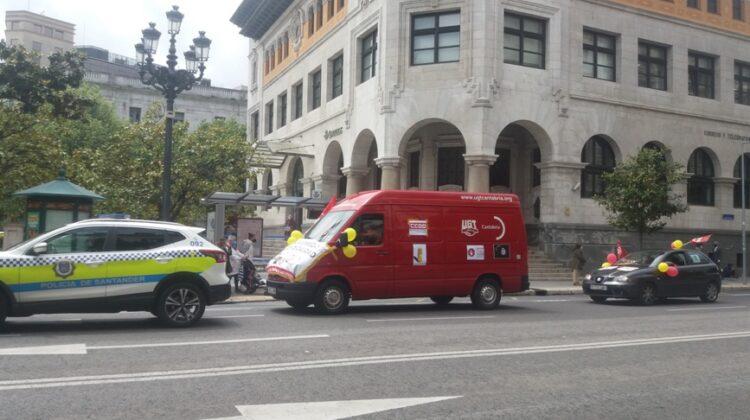 Caravana de UGT y de CCOO, a su paso por el edificio de Correos en Santander