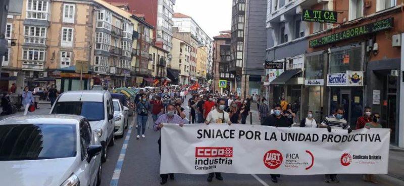 Manifestación por la unidad productiva de Sniace celebrada hoy en Torrelavega