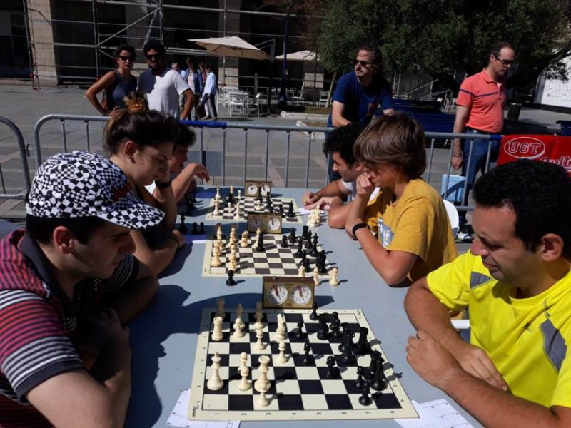 Imagen del torneo de ajedrez de UGT celebrado el pasado sábado, el más antiguo de Cantabria en esta modalidad al aire libre